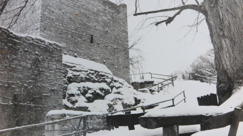 Die schneebedeckte Treuchtlinger Burgruine lange vor der hölzernen Aufstockung des Bergfrieds. Auch an den Mauern fehlen auf diesem Bild noch viele der Instandsetzungsarbeiten der vergangenen Jahre.
