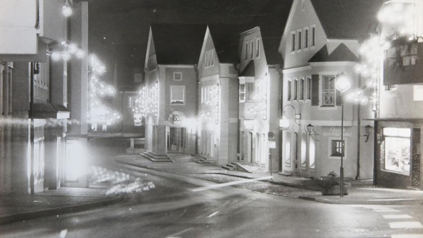 Adventlicher Lichterglanz in der Hauptstraße. Dieses Bild ist wohl das neueste unserer historischen Reihe und stammt aus den letzten Jahren der analogen Fotografie beim Treuchtlinger Kurier.