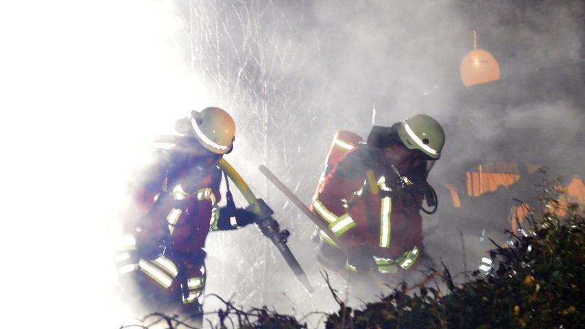 Campingwagen gehen bei Erlangen in Flammen auf