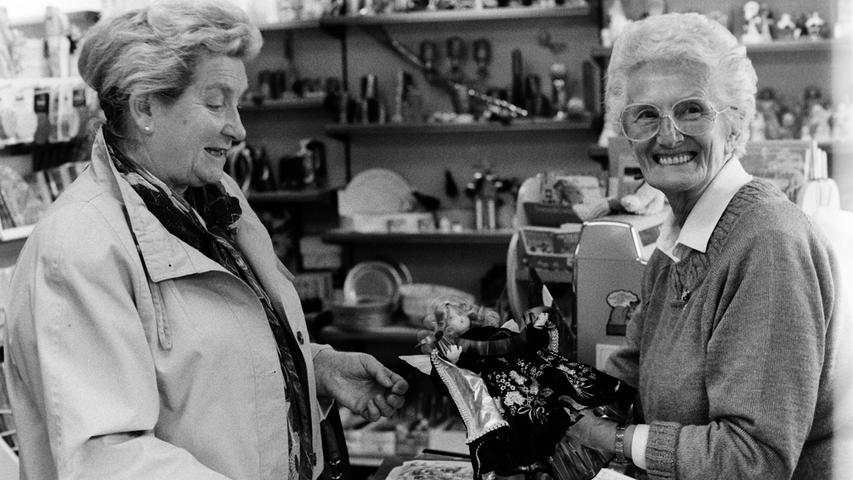 Fünf Jahrzehnte stand Gertrud Gebhardt (r.) hinter dem Ladentisch, ehe das Schreibwarengeschäft Rixner am Unteren Markt vor 25 Jahren im Dezember 1991 für immer geschlossen hat.