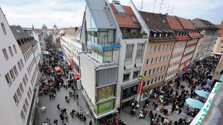 Q wie quirlig: Rund um die Breite Gasse, Königsstraße und Karolinenstraße, bis runter zum Hauptmarkt ist eigentlich immer viel los. Besonders groß ist der Ansturm der Shoppingqueens und Taschenträger aber kurz vor Weihnachten und natürlich auch an den verkaufsoffenen Sonntagen. In diesem Jahr sind das der 7. Mai und der 17. September.