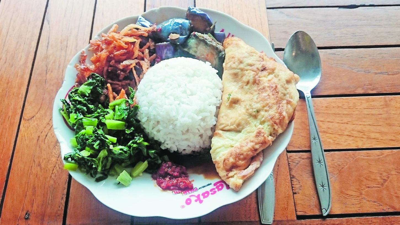 Nasi Campur, ein typisches indonesisches Essen: Zu Reis kann man Ei, Hühnchen, Tofu, Fisch und Gemüse wählen.