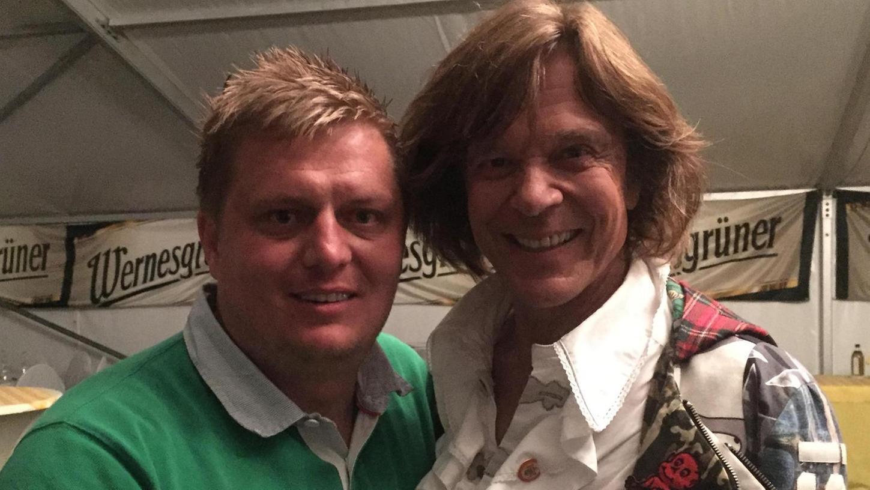 Markus Wätzold (links), Manager vieler Volx-Musik-Bands, kann auch Jürgen Drews für Veranstaltungen buchen – etwa für ein Pferderennen.
