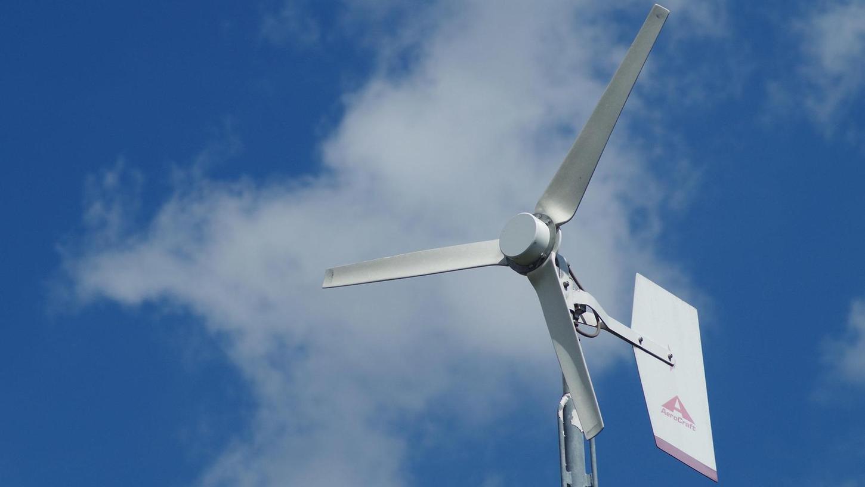 Hab Windkraft im Garten: Ein Kleinwindrad produziert auch auf einem Grundstück neben der alten Bundesstraße B 8 in Langenzenn umweltfreundlich Energie.