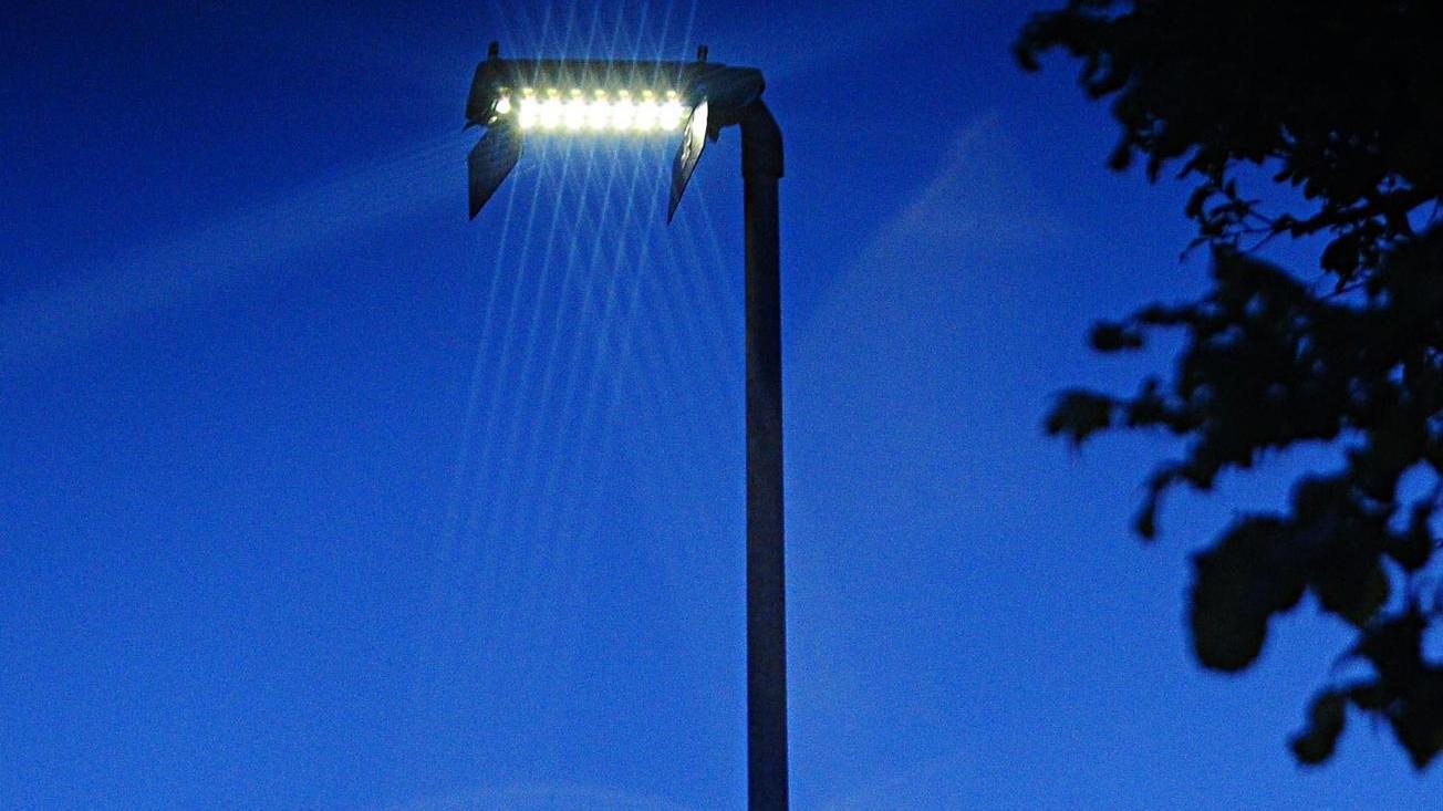 Eine neue Straßenlaterne mit LED–Leuchte in Reuth. Die Anlieger müssen für den Großteil der Kosten aufkommen, weil sie einen Vorteil davon haben.