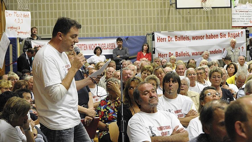 Thomas Eichenmüller von der Bürgerinitiative stellt zum Mobilfunkmast bei der Versammlung in Eltersdorf kritische Fragen.