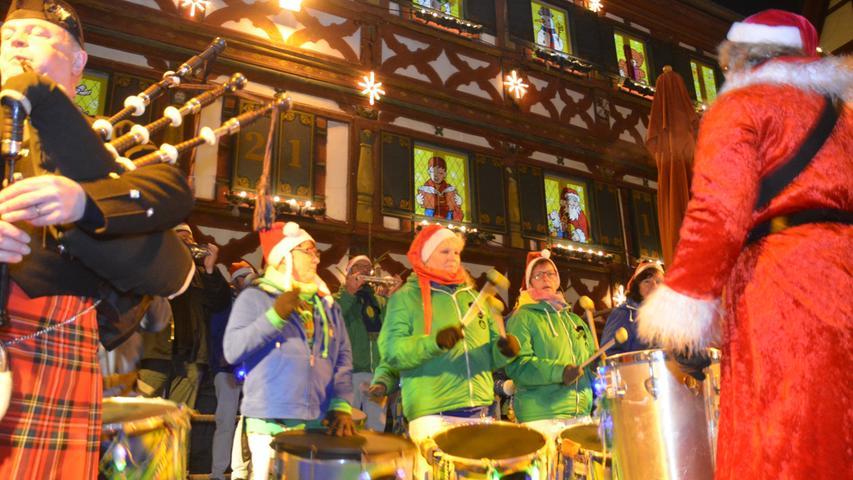 FOTO: Alexander Hitschfel DATUM: 17.12.2016..MOTIV: Brasilianische Trommler auf dme Fürther Weihnachtsmarkt