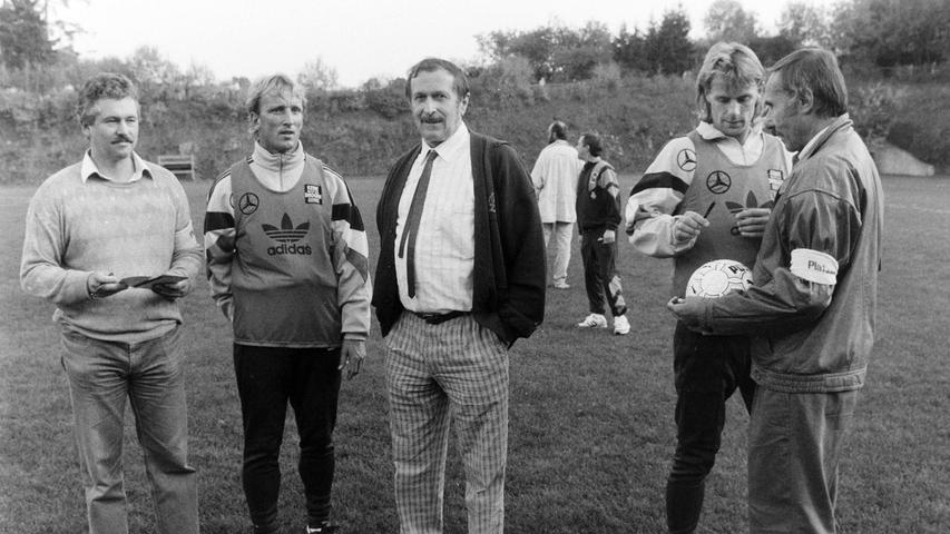Auch für das Lehrerkollegium des Gymnasiums war der Besuch der Nationalmannschaft eine Attraktion. Foto: NN-Archiv