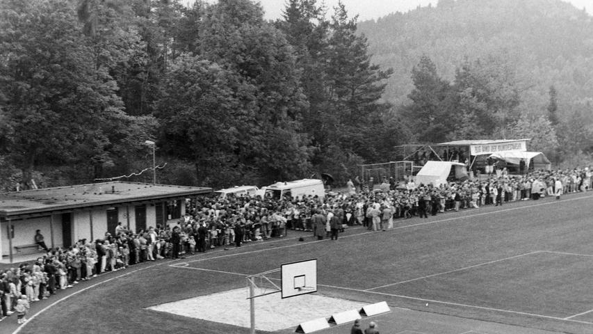 Der Gymnasium-Sportplatz war beim Training stets dicht umringt. Foto: NN-Archiv