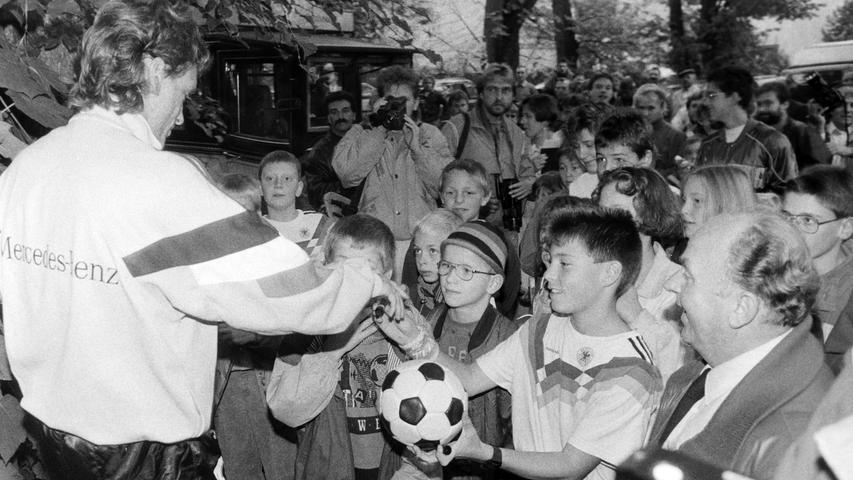 Jugendliche Autogrammjäger am Sportplatz. Foto: NN-Archiv
