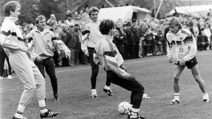 Es war der sportliche Höhepunkt in der Geschichte der Stadt Pegnitz: Vor 25 Jahren, im Oktober 1991, absolvierte die Fußball-Nationalmannschaft unter Bundestrainer Berti Vogts ein fünftägiges Trainingslager im Pflaums Posthotel, um sich auf das entscheidende EM-Qualifikationsspiel gegen Wales in Nürnberg vorzubereiten. Foto: NN-Archiv