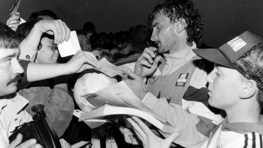 Rudi Völler, dicht umringt von Autogrammjägern. Foto: NN-Archiv