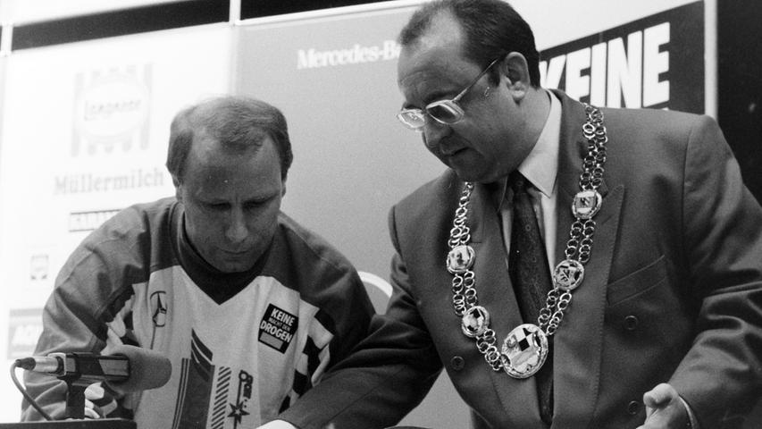 Bürgermeister Manfred Thümmler bat Bundestrainer Berti Vogts und die Nationalmannschaft um einen Eintrag ins Goldene Buch der Stadt. Foto: NN-Archiv