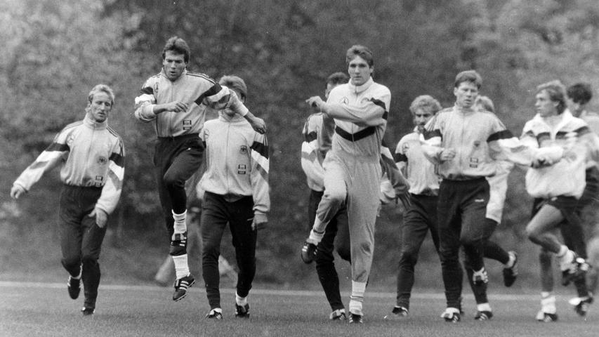 Es war der sportliche Höhepunkt in der Geschichte der Stadt Pegnitz: Im Oktober 1991 absolvierte die Fußball-Nationalmannschaft unter Bundestrainer Berti Vogts ein fünftägiges Trainingslager im Pflaums Posthotel, um sich auf das entscheidende EM-Qualifikationsspiel gegen Wales in Nürnberg vorzubereiten. Trainiert haben Lothar Matthäus, Rudi Völler, Jürgen Klinsmann, Stefan Effenberg, Matthias Sammer & Co. auf dem Gymnasium-Sportplatz vor bis zu 5000 Zuschauern. Täglich gab es eine Pressekonferenz im PPP mit Wolfgang Niersbach, dem einstigen Pressechef und späteren, inzwischen zurückgetretenen DFB-Präsidenten. Zum Rahmenprogramm gehörten der Eintrag ins Goldene Buch der Stadt, ein Ausflug zum Fliegenfischen an der Waischenfelder Pulvermühle und ein Benefizkonzert der Bundeswehr-Bigband. Übrigens: Deutschland gewann das Spiel gegen Wales in Nürnberg mit 4:1 Toren. Foto: NN-Archiv