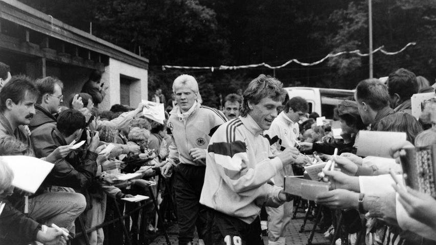 Die Nationalspieler im Spalier der Autogrammjäger. Foto: NN-Archiv