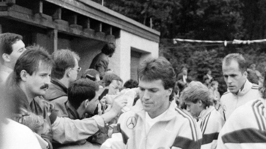 Lothar Matthäus war stets dicht umringt von Fans. Foto: NN-Archiv