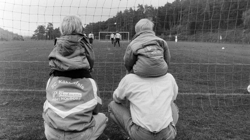 Der Nachwuchs des SC Kühlenfels am Spielfeldrand. Foto: NN-Archiv