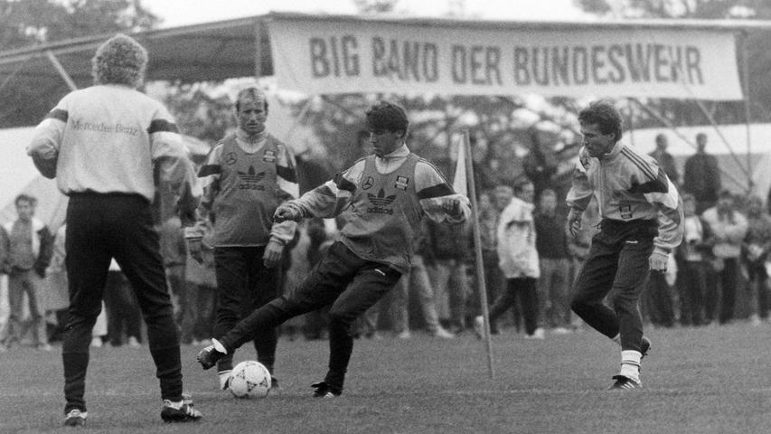 Es war der sportliche Höhepunkt in der Geschichte der Stadt Pegnitz: Vor 25 Jahren, im Oktober 1991, absolvierte die Fußball-Nationalmannschaft unter Bundestrainer Berti Vogts ein fünftägiges Trainingslager im Pflaums Posthotel, um sich auf das entscheidende EM-Qualifikationsspiel gegen Wales in Nürnberg vorzubereiten. Trainiert haben Lothar Matthäus, Rudi Völler, Jürgen Klinsmann, Stefan Effenberg, Matthias Sammer & Co. auf dem Gymnasium-Sportplatz vor bis zu 5000 Zuschauern. Täglich gab es eine Pressekonferenz im PPP mit Wolfgang Niersbach, dem einstigen Pressechef und späteren, inzwischen zurückgetretenen DFB-Präsidenten. Zum Rahmenprogramm gehörten der Eintrag ins Goldene Buch der Stadt, ein Ausflug zum Fliegenfischen an der Waischenfelder Pulvermühle und ein Benefizkonzert der Bundeswehr-Bigband. Übrigens: Deutschland gewann das Spiel gegen Wales in Nürnberg mit 4:1 Toren. Foto: NN-Archiv