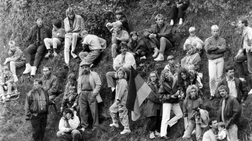 Auch auf dem Hang am Sportplatz tummelten sich die Zaungäste. Foto: NN-Archiv