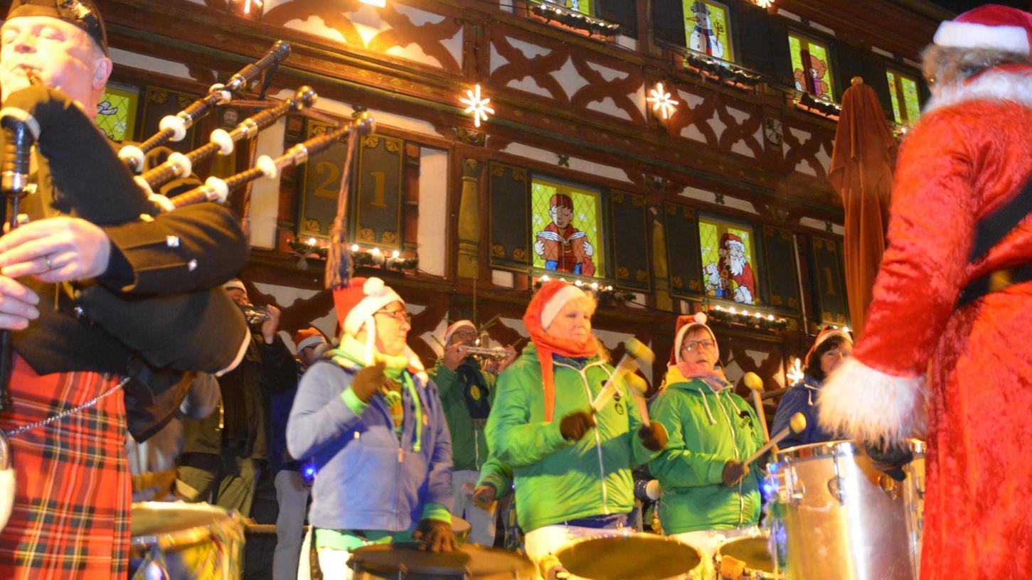 Normalerweise verbreiten die Hallstädter Trommler am Annafest jede Menge Stimmung. Am Freitag feierte die Combo eine außergewöhnliche Premiere am Weihnachtsmarkt.