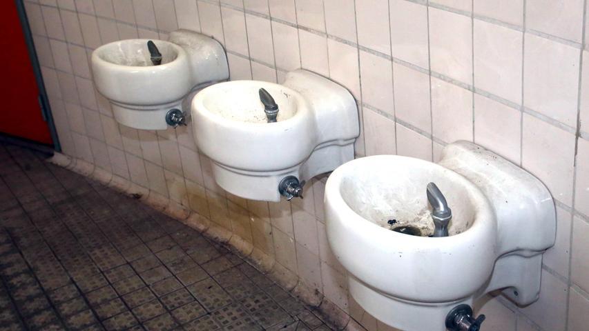 In diesen Waschbecken bekommt der Besucher vorerst keine sauberen Hände mehr.
