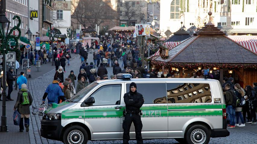 Im Jahr 2016 besuchten insgesamt rund 2,5 Millionen Menschen den Markt - das ist umso erstaunlicher, da es doch auf einem Berliner Weihnachtsmarkt einen schrecklichen Terror-Anschlag mit mehreren Toten gab. Die Nürnberger ließen sich davon aber nicht abschrecken. Viele pilgerten mit einer