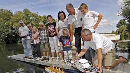 Sie haben das Kommando über die kleinen Schiffe: Dieter Maier (re.) von den Modellbaufreunden Forchheim, Hans Gerhard Braun, Vorsitzender der Marinekameradschaft (3. v. re.) und Modellbaufreund Reinhold Häfner (li.).
