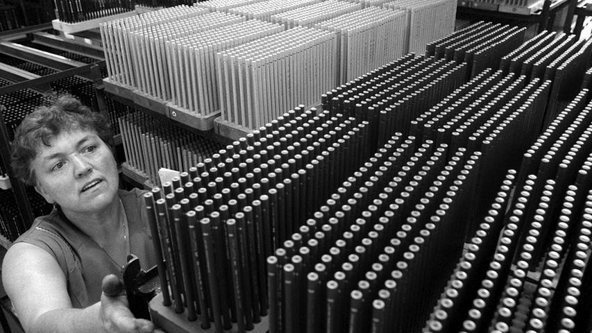 In den Fabriken gab es mit den zunehmenden Produktionszahlen immer mehr zu tun. Nach eigenen Angaben produziert das Unternehmen 1,5 Milliarden holzgefaßte Stifte pro Jahr.