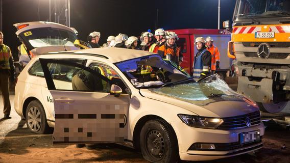 30 Meter weit geschoben: Winterdienstfahrzeug erfasst Taxi