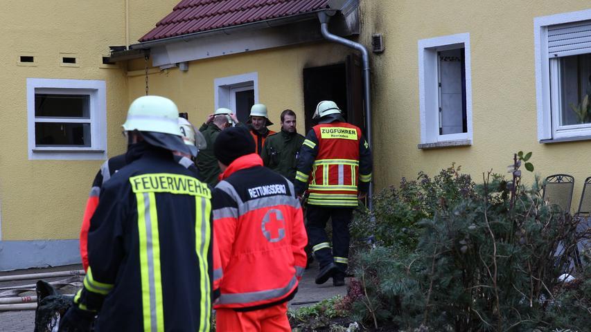 Am Montagnachmittag (26.12.2016) kam es in Oberschšnbronn (Lkr. Ansbach) zu einem Brand im Heizungsraum eines Wohnhauses. Nach Feuerwehrangaben bemerkte die Anwohnerin um kurz vor 14 Uhr, dass in ihrem Heizungsraum etwas nicht stimmte. Als sie die TŸre zu diesem šffnete und dem Raum Sauerstoff zufŸhrte, entzŸndeten sich die hei§en Rauch- und Brandgase, sodass es zu einer DurchzŸndung kam. Hierbei wurde die Anwohnerin verletzt und musste durch den Rettungsdienst in ein Krankenhaus gebracht werden. Aufgrund des glŸcklichen Umstandes, dass alle weiteren BrandschutztŸren geschlossen waren und die Feuerwehr schnell vor Ort war, konnte eine weitere Brandausbreitung und somit einen Vollbrand des GebŠudes verhindert werden, so die Feuerwehr. Foto: NEWS5 / Frohna