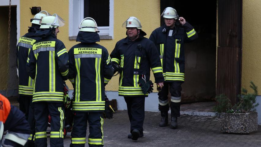 Am Montag (26.12.2016) kam es in Oberschoenbronn zu einem Brand im Heizungsraum eines Wohnhauses. Wie Holger Frohwieser Kreisbrandinspektor des Landkreises Ansbach informierte bemerkte die Anwohnerin am fruehen Nachmittag kurz vor 14 Uhr dass in ihrem Heizungsraum etwas nicht stimmte. Als sie die Tuere zum Heizungsraum oeffnete zuendete der mit Rauch- und Brandgasen gefuellte Raum unvermittelt durch. Hierbei wurde die Anwohnerin verletzt und musste durch den Rettungsdienst in ein Krankenhaus gebracht werden. Aufgrund des gluecklichen Umstandes dass alle weiteren Brandschutztueren geschlossen waren und die Feuerwehr schnell vor Ort war konnte eine weitere Brandausbereitung und somit einen Vollbrand des Gebaeudes verhindert werden, so Frohwieser. Foto: NEWS5 / Frohna