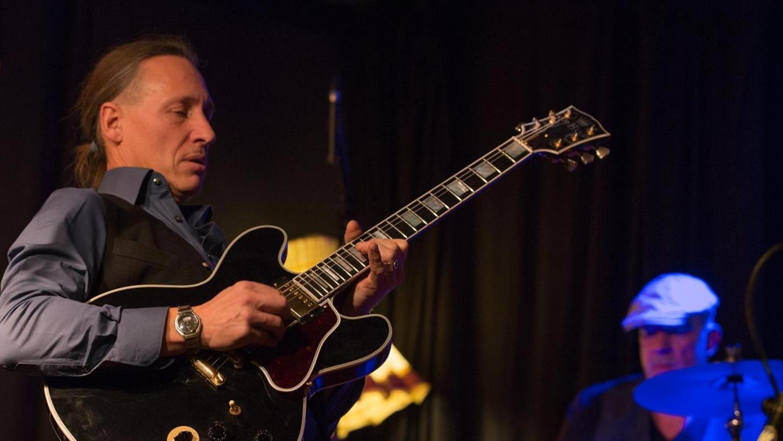 """Von wegen kein Thrill: Die """"Tears And Drops Blues Band"""" um Gitarrist und Sänger Michael Kusche spielte hochenergetisch auf."""