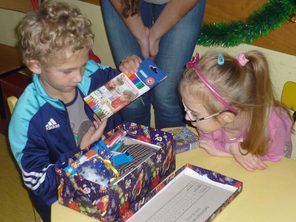 Der Inhalt der Päckchen wurde sofort unter die Lupe genommen und stieß stets auf Begeisterung bei den Jungen und Mädchen.
