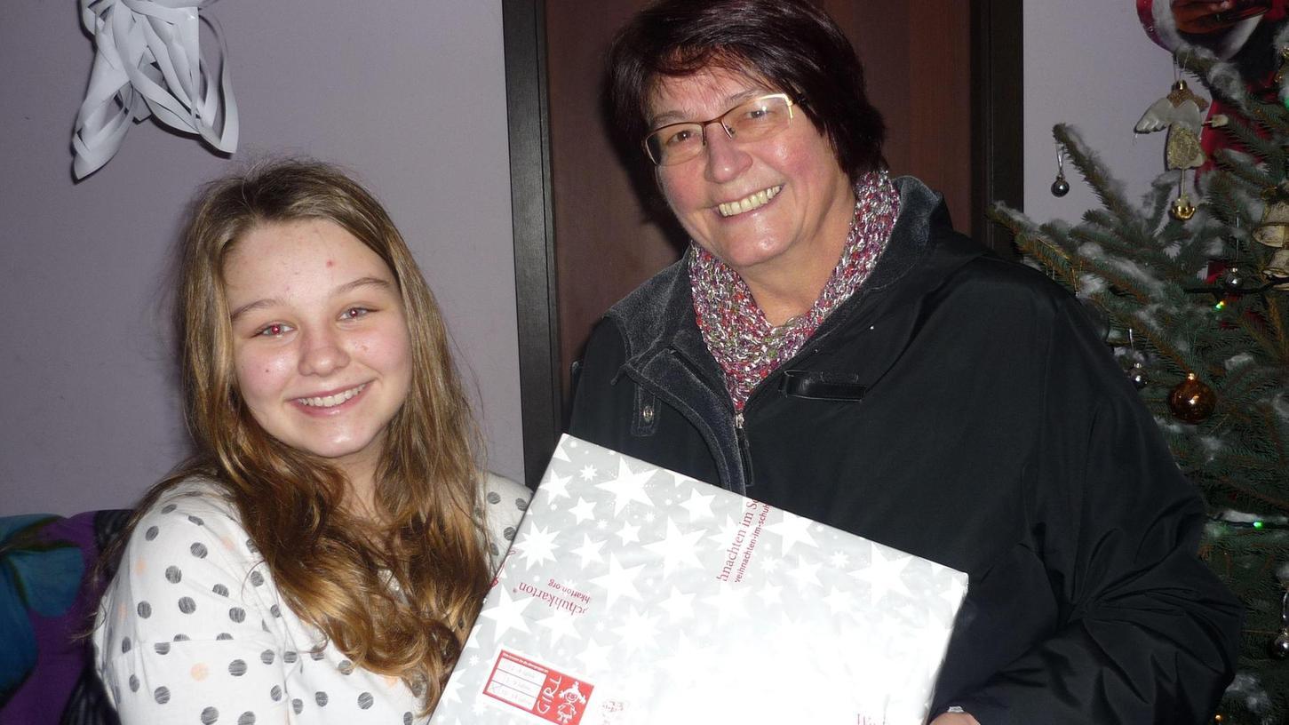 Da strahlen zwei um die Wette: Renate Herrmann aus Wald war beim Verteilen der Schuhkartons in Polen dabei und machte damit auch diesem Mädchen eine große Freude.