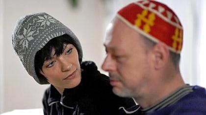 Vater und Tochter auf dem Weg in eine ungewisse Zukunft: Szene mit Rike und Uwe Weiherer.