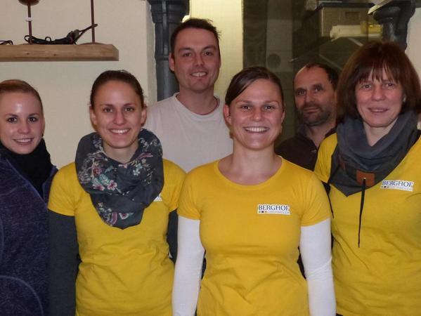 Andreas Wolf sowie Petra und Roland Lehner mit ihren drei Töchtern Jessica, Anne und Carolin im neuen Hofladen.