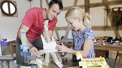 Der letzte Schliff an Monster «Spenzi»: Teilnehmerin Pia lässt sich von Kursleiter Jürgen Braun Tipps geben. Der Künstler aus Gostenhof bietet bei der «Kunstpause» einen Holz-Skulpturen-Workshop für Kinder an.