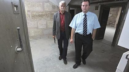 Wilfried Dietsch und Stephan Popp (von links) vom Förderverein des Kriminalmuseums im Gewölbe unter dem Rathaus, wo demnächst eine alte Arrestzelle, ein begehbarer Tatort und vieles andere zu sehen sein wird.