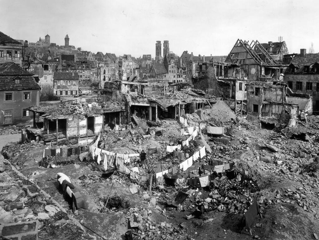 Das zerstörte Nürnberg 1946 (Kreuzgasse von der Westtormauer nach Norden)