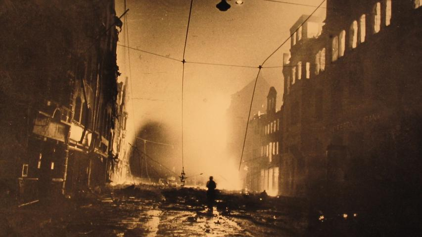 Überall brannte es, Flammen schlugen aus zahlreichen Gebäuden: Allein die Löscharbeiten dauerten noch bis zum 10. Januar an.