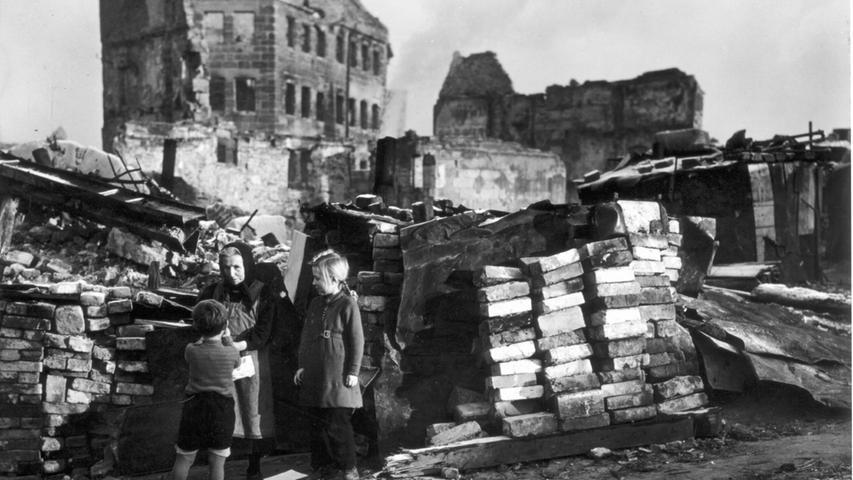 In den Trümmern der Stadt war die Kindheit einer ganzen Generation alles andere als unbeschwert.