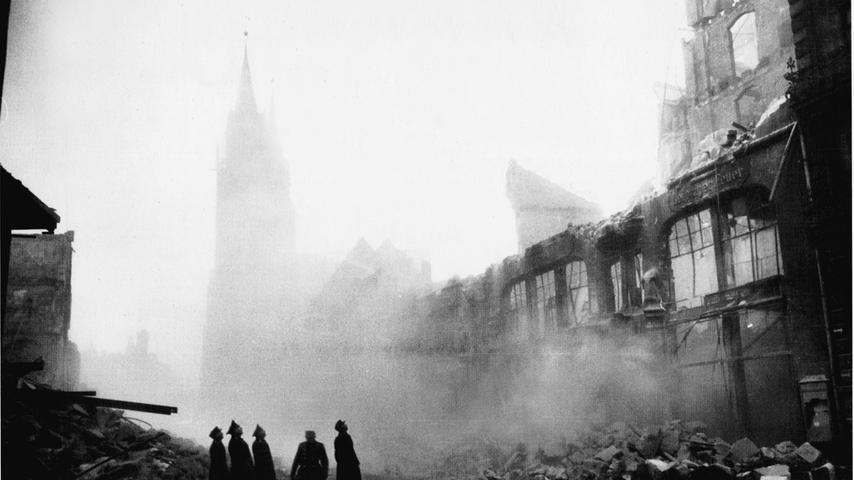 Dieses Bild zeigt die Reste eines zerstörten Geschäftshauses in der Königsstraße.