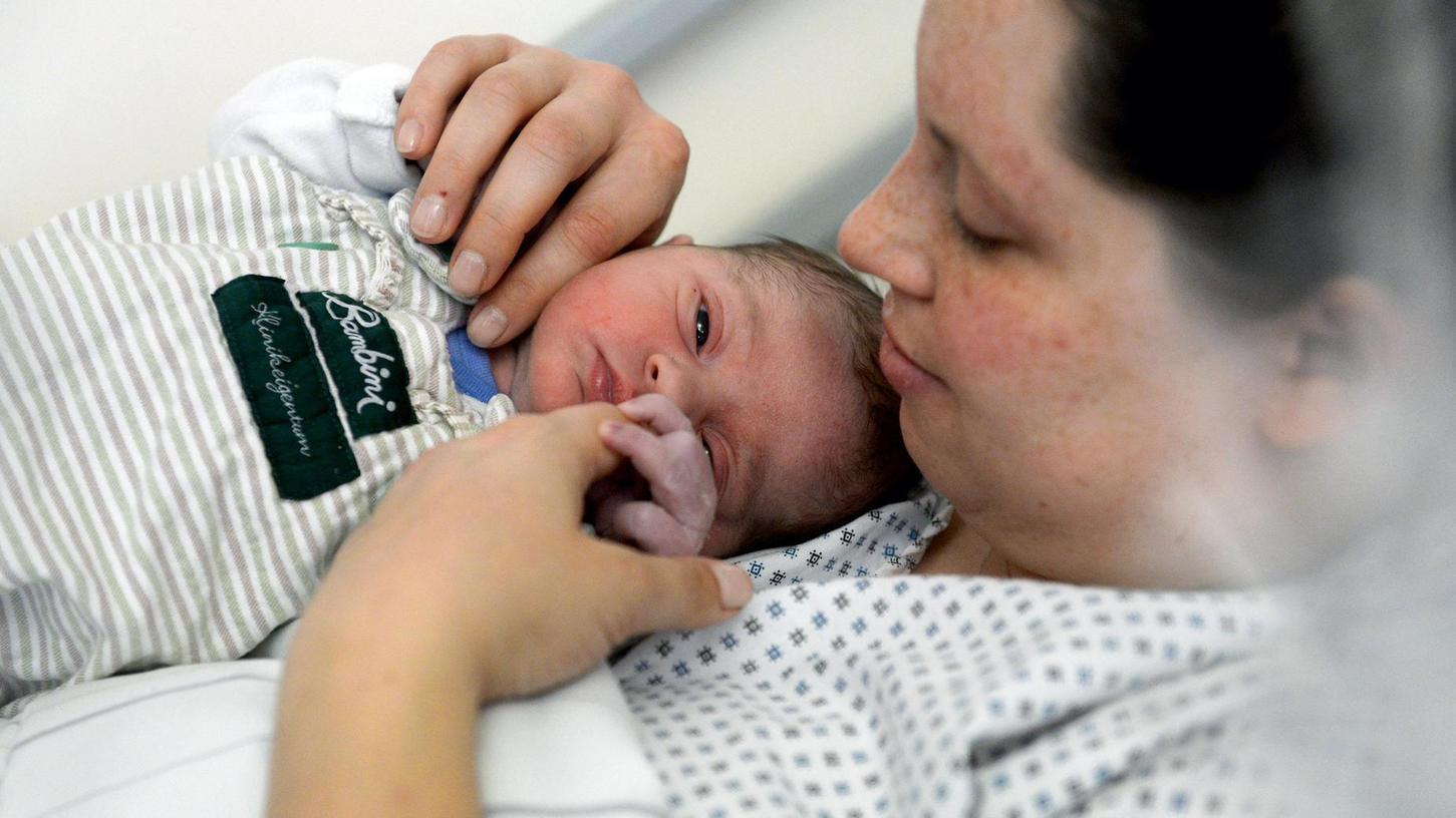 Der kleine Johannes war noch nicht einmal drei Stunden auf der Welt, da schaute er sich in den Armen seiner Mama Tanja Lohmüller schon neugierig um.