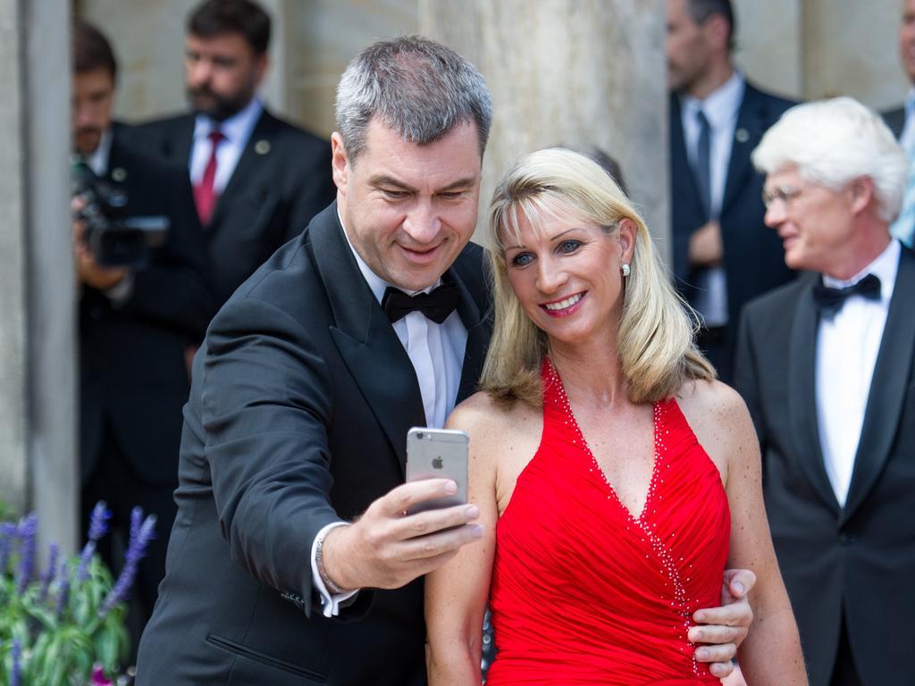 ARCHIV - Markus Söder, bayerischer Finanzminister (CSU), und seine Frau Karin fotografieren sich mit einem Smartphone von Apple am 25.07.2015 bei ihrer Ankunft zur Eröffnung der 104. Bayreuther Festspiele in Bayreuth (Bayern). Foto: Tobias Hase/dpa (zu dpa «Söder unterstützt Apple im EU-Steuerstreit» vom 01.09.2016) +++(c) dpa - Bildfunk+++   Verwendung weltweit