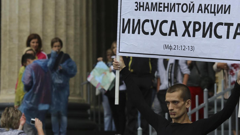 Der Aktivist Pjotr Pawlenskij demonstriert 2012 in Sankt Petersburg mit zugenähtem Mund vor der Kasaner Kathedrale für die Freilassung der Band Pussy Riot. Seine Aktion rief ein großes Medienecho hervor. Viele Demonstrationen bleiben in der Öffentlichkeit jedoch unbeachtet — weil die Aktivisten nicht wissen, wie sie den Kontakt zu Journalisten herstellen sollen.
