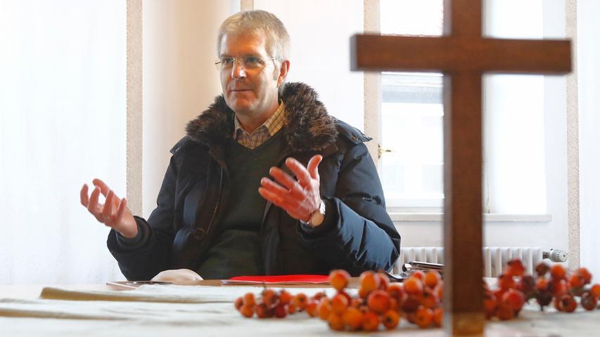 Dekan Friedrich Schuster erläutert die  geplanten Bau- und Sanierungsarbeiten.