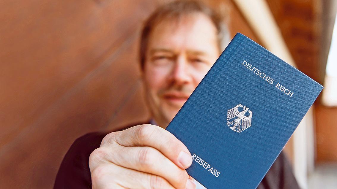 """""""Reichsbürger"""" wie dieser Inhaber eines selbst ausgestellten Reisepasses des """"Deutschen Reichs"""" erkennen die Bundesrepublik und ihre Verfassung nicht an."""