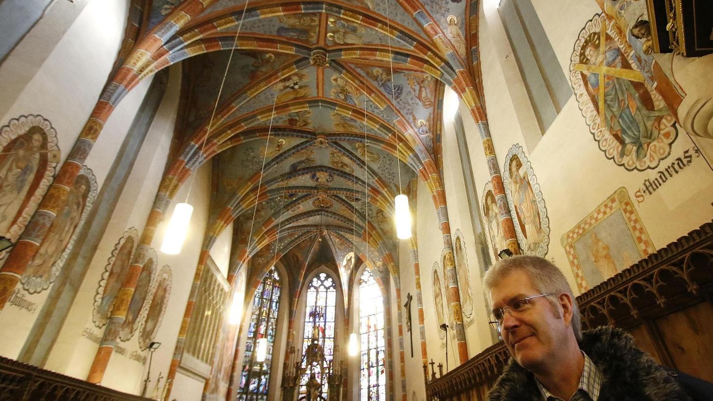 Dekan Schuster zeigt in der Langenzenner Trinitatiskirche, wo überall Handwerker und Restauratoren anpacken müssen. Die Strahlkraft der Fresken wird nach der Sanierung noch stärker sein.