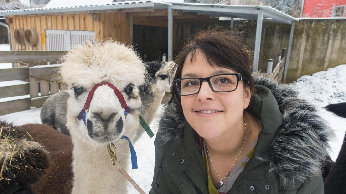 Jungbäuerin Anja Reichert kennt sich mit den Tieren, die ursprünglich aus den Anden stammen, bestens aus.