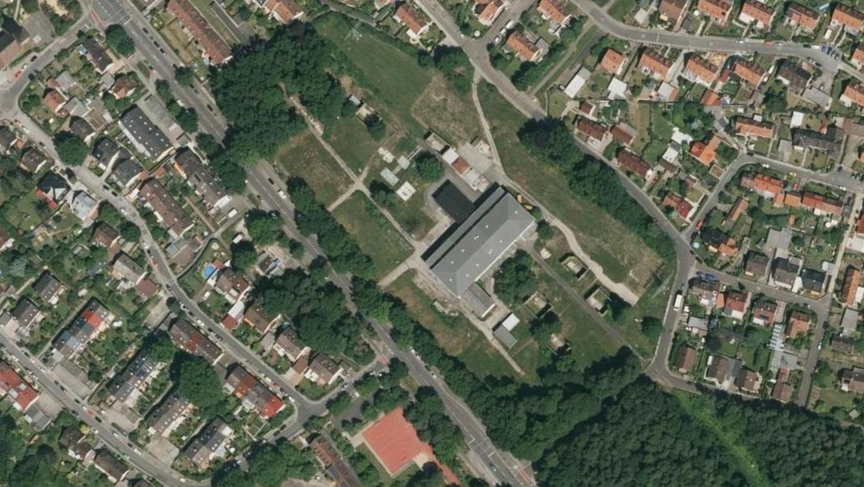 Auf dem Areal des ehemaligen Umspannwerkes zwischen Gebersdorfer- und Bibertstraße im Stadtteil Gebersdorf - auf dem Bild zu sehen als etwas einsames Haus, umringt von Grün - werden 2018 die Bagger anrollen.